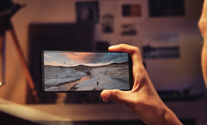 Person holding an Xperia 1 III showing a winter scene